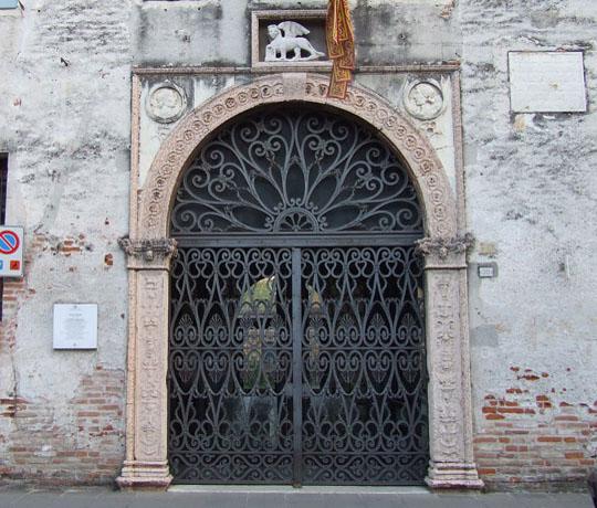 Palazzo Pretorio- portale-marmo rosa-leone di san marco