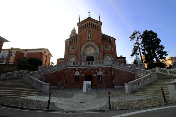Cosa vedere a Monforte d'Alba- Chiesa della Madonna della Neve- Scalinata- Campanile- portali