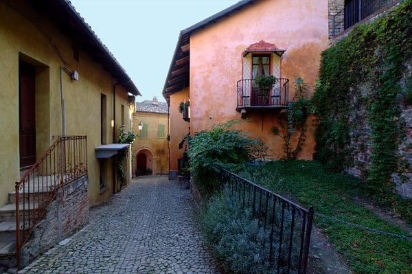 osa vedere a Monforte d'Alba- Via- centro storico- ciottoli- balc0ni