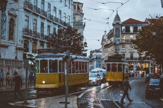Cammino di Santiago Portoghese-Lisbona-Tram-Persone-Palazzi