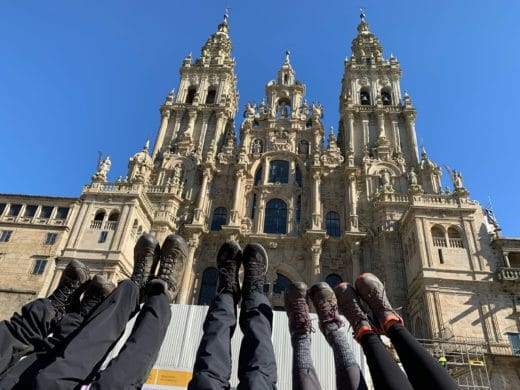 Cattedrale-Santiago-de-Compostela-Arrivo-a-Santiago-cielo-azzurro-gambe