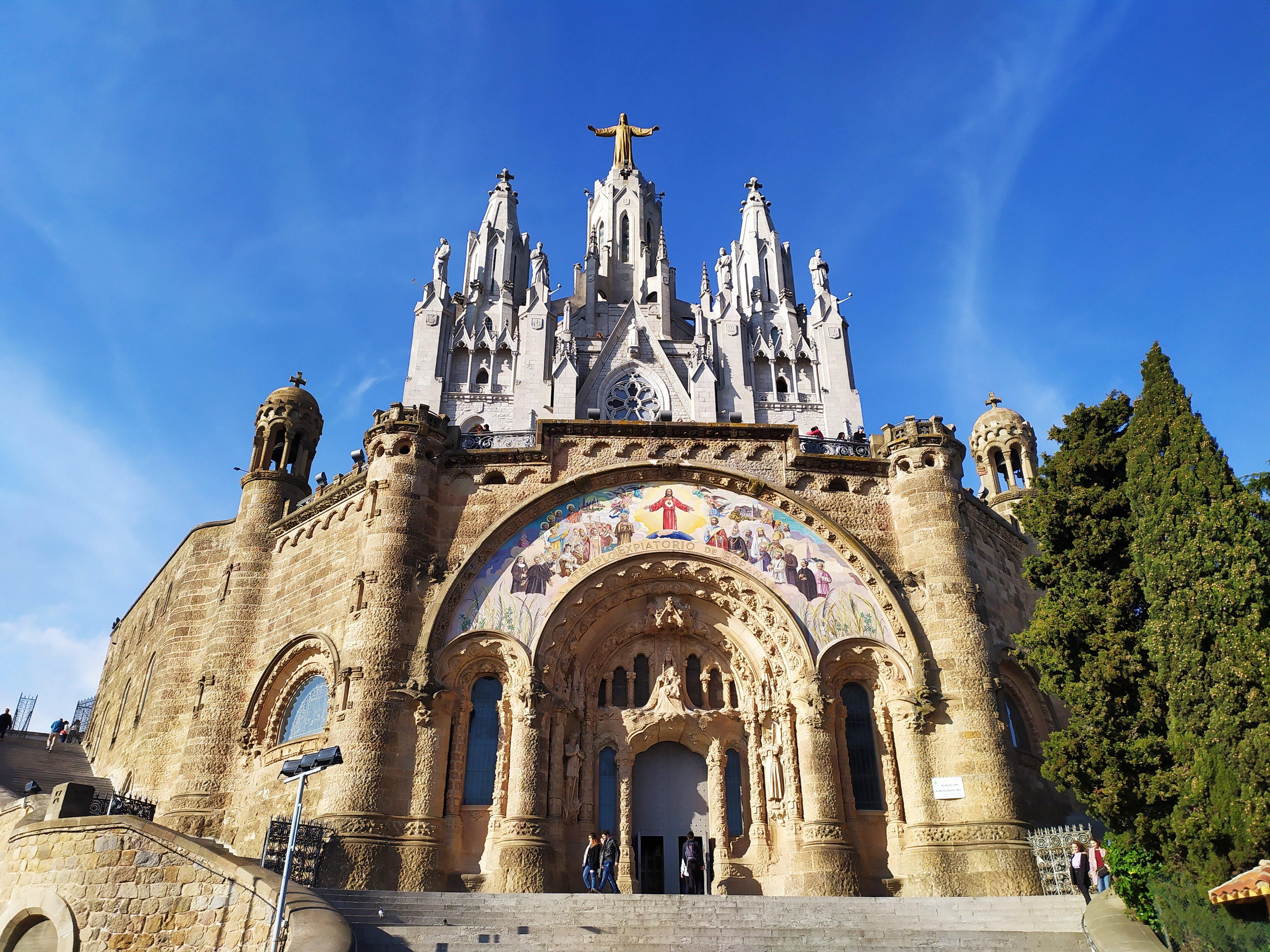 Cosa vedere a Barcellona in un giorno-Monte Tibidabo-Temple Expiatori del Sagrat Cor de Jesú-Tempio-Facciatta-Azzurro-Cielo-Ocra