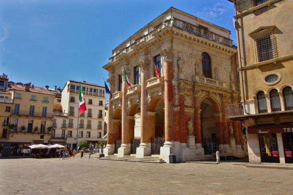 Palazzo del Capitanio- Piazza dei signori- statue- loggia