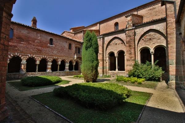 Visita all?Abbazia di Vezzolano-Cortile-Chiostro-arcate-siepi-albero